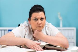 Nachdenkliche Frau beim Studium